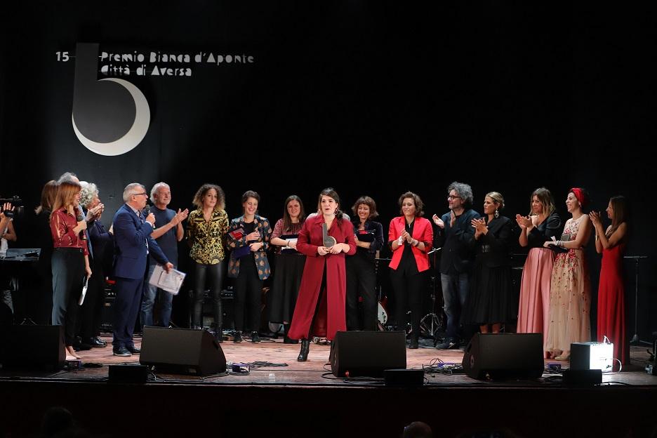 La leccese Cristiana Verardo ha vinto il 15° Premio Bianca d'Aponte, l'appuntamento annuale con la canzone d'autrice.